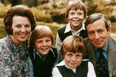 Prinses Beatrix en Prins Claus met kinderen, 1973-Alexander naast Mamma