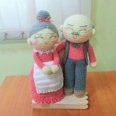 new couple...grandma & grandpa... #amigurumidoll #amigurumi  #amigurumigrams #amigurumigrams #amigurumilove#crochetlife #crochet#crochetofinstargram  #crochet#crochetgram #crochetgrams #crochetlover #crochetlove #crochetdoll #knittingdoll #knittinglove #knittinglove #knitting#knit#knits#knittinggrams #knittinggram  #yarn#grandfather#grandmother#backdrop
