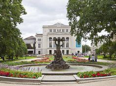 A Ópera Nacional em Riga, Letônia. A Letônia é o segredo mais bem guardado da Europa, mas tudo pode mudar agora que Riga foi nomeada a Capital Europeia da Cultura, em 2014.  A cidade também foi classificada como um dos destinos mais baratos da Europa para mochileiros, com um custo médio de apenas 33 dólares/dia para alimentação, hospedagem, transporte e entretenimento.