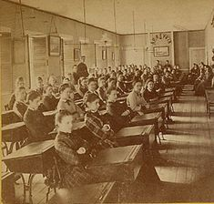 This period photo of a school classroom dates from about Victorian History, Victorian Street, Victorian Life, Vintage Children Photos, Vintage Pictures, Old Pictures, Old Photos, Old School House, School Life