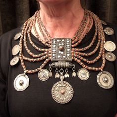 This necklace dates from first half of the 20th century and attests consumed art of the Yemeni craftsmen as regard silver jewellery is concerned. Here the size of the object and the refined work give  to it an exceptional balance and allow  to be worn by many women…
