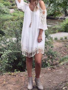 Vestido hombro abierto crochet flecos -beige