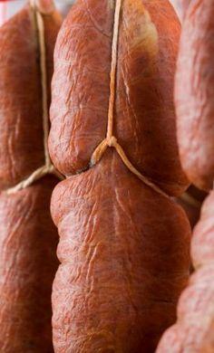 Sobrasada de Mallorca... Sobrasadais een rauwe 'curado'worst uit de Balearen. Gemaakt met gemalen varkensvlees , paprikapoeder en zout en andere specerijen . Sobrasada, samen met butifarra zijn traditionele Mallorcaanse worst.Dezeproduct wordtbereid in de moeizame, maar feestelijke rituelen die nog steeds de herfst en winter varkens slachten in Mallorca .