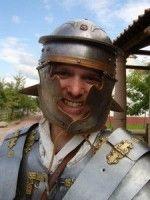 Een Romeinse soldaat in de klas Wat zijn Romeinen? Een aanschouwende les over het leven van een gewone Romeinse soldaat. De kinderen leren wat het is om een soldaat te zijn: waarom veroverde hij de wereld, waarom is hij in Nederland, wat heeft hij bij zich om te kunnen overleven? Allemaal vragen die spelenderwijs beantwoord zullen worden. - See more at: http://historischhuren.nl/object/beleef-het-verleden-romein/#sthash.BAa3CtYR.dpuf