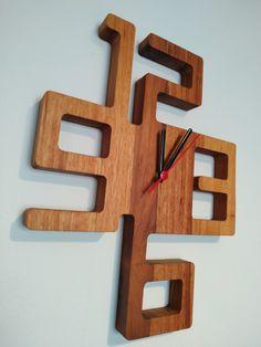 Lindo relógio de parede feito em madeira muiracatiara, click na foto e saiba!  Siga @garimpo89decor