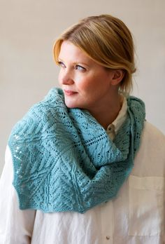 Small scarf in ajour pattern – free knitting instructions - Best Stricken Crochet Poncho, Knitted Shawls, Lace Knitting, Knitting Bags, Knitting Needles, Shawl Patterns, Lace Patterns, Knitting Patterns, Crochet Patterns
