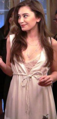 Kara Sevda 12.bölüm kıyafetleri Nihan ekru elbise Meltem Özbek ve kolye Bendis
