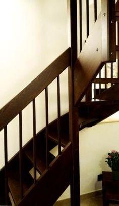 Scala con corrimano in legno