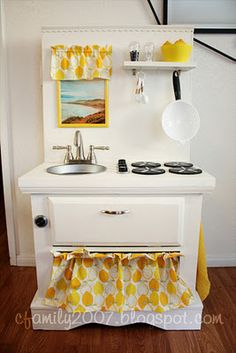 DIY play kitchen - wish mine looked like this :( - Neues Spielzeug Toddler Play Kitchen, Diy Kids Kitchen, Pretend Kitchen, Toy Kitchen, Kitchen Sets, Play Kitchens For Toddlers, Mini Kitchen, Kitchen Cupboard, Repurposed Furniture