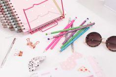 Por um fim de semana com muito brilho, cor e amor como essas fofuras que são os nossos lápis. ✨ #querotudo 😊