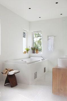 Vakre Villa Paulsen - En perle av et funkishus - Bo-Bedre. Bad Inspiration, Bathroom Inspiration, Interior Inspiration, Bathroom Interior, Modern Bathroom, Interior And Exterior, Interior Design, Shower Tub, Corner Bathtub
