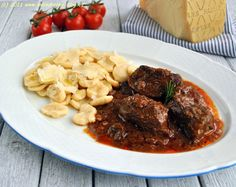 :-) Chicken Gyros, Pasta, Beef Recipes, Noodles, Steak, Food And Drink, Meat Recipes, Macaroni, Chicken Kebab