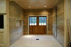 Wash stall with a spray boom is a good way to keep the hose away from the horses feet. Horse Stalls, Horse Barns, Barn Stalls, Horses, Dream Stables, Dream Barn, Equestrian Stables, Barn Layout, Barn Storage