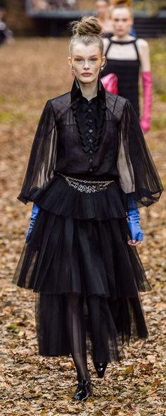 Chanel Fall-winter - Ready-to-Wear Women's Runway Fashion, Chanel Fashion, Fashion 2018, Fashion Week, Fashion Art, Autumn Fashion, Fashion Outfits, Womens Fashion, Fashion Trends
