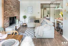 Sala pequena integrada com a cozinha, parede de tijolinhos estilo escandinavo.