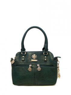 Bagsac Bellona -sarjan sininen käsilaukku on tyylikäs ja täynnä yksityiskohtia. Käsilaukku on käytännöllinen ja helppo kantaa mukana niin kädessä kuin olalla. Ryhdikäs laukku kätkee sisälleen tilavat sisätilat ja monipuoliset taskut ja tavarat on helppo jaotella kolmeen erilliseen osioon.