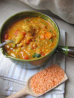 http://cuisinedisca.blogspot.fr/2015/01/soupe-de-lentilles-corail-lindienne.html 2 filets de poulet  1 oignon  2 gousses d'ail 1 boîte de tomates pelées  1cc de pâte de curry 10cl de lait de coco 120g de lentilles corail 1 branche de céleri 2 carottes 1 navet Coriandre fraîche Sel, huile d'olive
