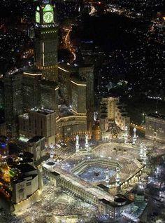la Meca Más de 2 millones de musulmanes peregrinan cada año a la Meca, pero esta urbe de impresionantes mezquitas también es conocida por su sofocante calor. Latemperatura máxima anual en promedio es de 37°C y en el mes más caluroso, junio, alcanza los 43°C. FOTO: Archivo El Universal