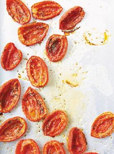 Tomates confites Partially dried tomatoes with oil and spices - freezes well, good alternative to canning. Oven Roasted Tomatoes, Dried Tomatoes, Vegetable Pasta Salads, Vegetable Recipes, Tomato Confit Recipe, Confit Recipes, Ricardo Recipe, Healthy Food Alternatives, Everyday Food