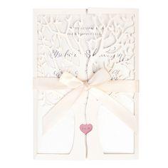 """Tree of Love, hääkutsu. Laserleikattu puu avautuu keskeltä ja sisältä paljastuu kutsuteksti ja sydämeen """"kaiverretut"""" rakastavaisten nimikirjaimet.   Tree of Love -kutsuun voit halutessasi valita myös teemavärinne mukaisen sisälehden ja satiininauhan värin. Puun rungosta näkyvän sydämen kaiverruksen taustavärin voitte myös valita. Osta: http://shop.calligraphen.fi/fi/artiklar/tree-of-love-kutsukortti-vanilja.html"""