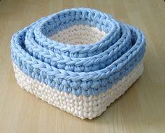 Agora você pode organizar as coisinhas do bebê com esse lindo trio de cestos de crochê em fio de malha <3 <3 <3    PODE SER FEITO EM OUTRAS CORES E TAMANHOS!!!! Consulte cores e valores.    Cor: Off White (cru) e azul bebê.    Medidas:    Cesto MENOR: 9,5 cm de altura, 14 cm de largura e 14 cm de...