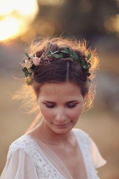 Peinado de Chongo con Corona de Flores   30 Peinados de Novia: Chongos y Recogidos   El Blog de una Novia
