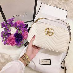 Imagem de fashion, gucci, and bag Gucci Purses, Burberry Handbags, Prada Handbags, Fashion Handbags, Purses And Handbags, Fashion Bags, Fashion Backpack, Bags Online Shopping, Online Bags