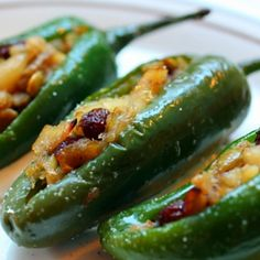 Stuffed jalapeño with cheddar and dried fruit Jalapeno Recipes, Honey Recipes, Gourmet Recipes, Mexican Food Recipes, Cooking Recipes, Healthy Recipes, Mexican Cooking, Cleaning Recipes, New Year's Eve Appetizers