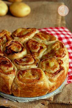 TORTA DI GIRELLE DI SFOGLIA Categoria: torte salate, ricette veloci  Ingredienti: 2 rotoli di pasta sfoglia rettangolare 500 gr patate 100 gr parmigiano grattugiato 100 gr prosciutto cotto