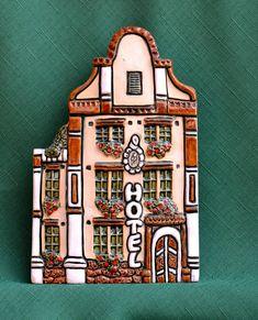 Hotel+Portály+domečků+dělám+již+dlouho,+jdou+spolu+neomezeně+kombinovat.+Stále+vymýšlím+nové,+nebo+se+nechám+inspirovat+naší+úžasnou+městskou+nebo+vesnickou+architekturou.+Všechny+domečky+je+možné+pověsit+na+zeď,+je+zde+buď+dirka,+zářez,+nebo+nalepený+háček,+podle+dispozice+domečku.+Tento+domek+je+veliký+16,5+x+10,5+cm.+Při+zakoupení+3+ks+současně+bude+cena... Clay Houses, Ceramic Houses, Clay Fairy House, Fairy Houses, Pottery Houses, Clay Fairies, Leather Cuffs, Dollhouses, Ceramics
