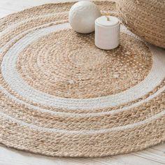 Un tapis rond en fibres naturelles à associer avec un grand tapis rond en fausse fourrure blanche : au top !
