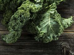 Kale has become a trendy superfood, and with good reason. Here are surprising ways to eat more of this potent leafy green (including a scrumptious kale pesto! Superfoods, Chou Kale, Smoothie Vert, Bean Stew, Nutrition, Liver Detox, Kidney Detox, Best Fruits, Vitamins And Minerals