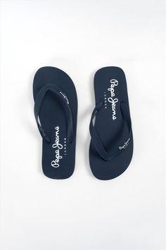 Ανδρικές παντόφλες της εταιρείας Pepe Jeans. Διαθέτουν αντιολισθητική σόλα για να προσφέρουν άνετο και σταθερό περπάτημα. Flip Flops, London, Sandals, Shoes, Fashion, Moda, Shoes Sandals, Zapatos, Shoes Outlet