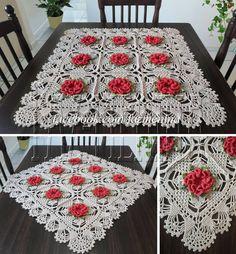 Centro de mesa em crochê com flor Camélia; barbante.