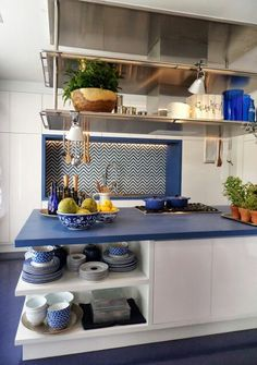Put your crockery on display for a great effect and additional storage Blue and white kitchen Débora Aguiar and Roberto Migotto