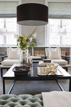 salon amnag avec une table basse noire deux chaises en bois avec galettes blanches et - Salon Chic Et Moderne