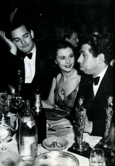 Laurence Olivier entertains Vivien Leigh and Jock Whitney during the Oscars ceremony, 1940.