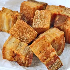 Know the secret in making crispy Lechon Kawali, an all-time Filipino favorite dish of pork belly fried to perfection! Deliciously crunchy in every bite! Chef Recipes, Dessert Recipes, Cooking Recipes, Filipino Recipes, Hawaiian Recipes, Filipino Food, Lechon Kawali, Fried Pork Belly, Pork Belly Recipes