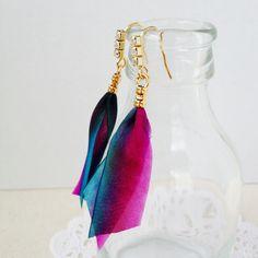 シルクリボンを使ったピアスです。金具にはラインストーンを付けてみました。まるで熱帯魚のような色合い!...