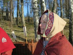 Juuri kunExploring the medieval huntin (mahtava blogi, suosittelen!) tyypit ovat nostaneet keskiaikaisen talvipukeutumisentrendikkääksi aiheeksi, sattui Iloisen joutsenen tal...