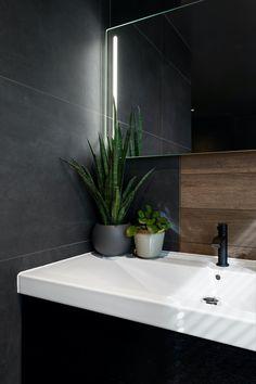 3 forskjellige fliser deler badet inn i soner. Se alle bildene fra badet i Porsgrunn her! #fagflis #baderom #inspirasjon #mørkebad Bathroom Inspo, Bathroom Styling, Bathroom Lighting, Mirror, Cottage, Facebook, Home Decor, Style, Houses