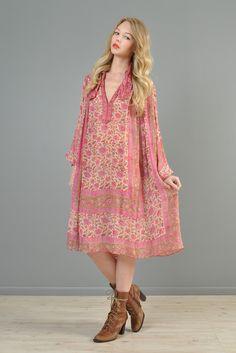 #bohemia #hippiedress #fuzzybellas #rosebowlflea #blockprint #gypsy #festival #phool #adini #sultana #kaiser #judithanne #paisleyprint #gauzecotton #gauzedress #vintageindiandress Hippie Dresses, Indian Dresses, Quoi Porter, Gauze Dress, Vintage Hippie, Gypsy Style, Hippie Chic, Fall 2016, Paisley Print