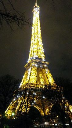 Visiting Paris without visiting the Eiffel Tower is almost impossible. The Tower is a magical monument that makes you dream all over the world. Whether you are visiting Paris for a day, a weekend or more, be sure to visit the Iron Lady. Eiffel Tower Drawing, Eiffel Tower Art, Eiffel Tower At Night, France Eiffel Tower, Eiffel Tower In Paris, Eiffel Towers, Eiffel Tower Photography, Paris Photography, Travel Photography