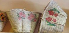 Capazos de palma con flores decoupage.