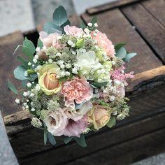 Massor med grattis till dagens brudpar.. #bröllop #borgligt #borgligtbröllop #stadshuset #stadshusetstockholm #brudbukett #brud #brudgum… Bougainvillea, Dahlia, Floral Wreath, Bouquet, Wreaths, Bridal, Flowers, Lisa, Weddings