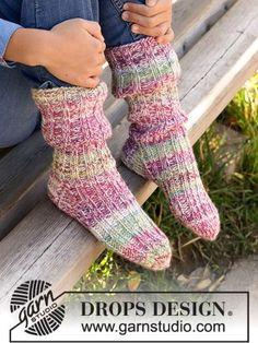 Pink Chameleon Childrens Socks - DROPS Pink Chameleon Socks free sock knitting pattern Sweater Knitting Patterns, Knitting Socks, Knit Patterns, Free Knitting, Drops Design, Crochet Motifs, Knit Crochet, Double Pointed Knitting Needles, Magazine Drops