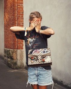 "Gucci: Look grungy + ""it"" bag sophistiqué = le bon mix Fast Fashion, Fashion Beauty, Fashion Outfits, Fashion Trends, Women's Fashion, Kylie, Street Style, Street Chic, Minimalist Fashion"