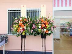 開店祝いのスタンド花 薬を扱うお店だけに、元気の出るビタミンカラーがポイント