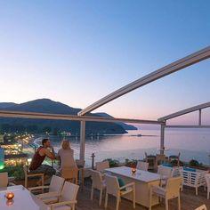 Panorama 360 lounge café & cocktail bar corissia.com/de/bar-panorama #entspannungpur #corissiahotels #corissiaprincess #corissiaharmony #corissiabeach #urlaub2018 #kreta #kreta2018 #urlaubaufkreta #morethanahotel Panorama 360, Bar, Places To Visit, Cocktails, Hotels, Lounge, Patio, Live, Outdoor Decor