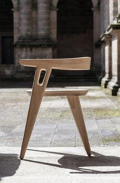 domohomo est un studio d'architecture et de design espagnol, fondé en 2011 à Saint-Jacques de Compostelle par deux architectes, Elena Lopez et Julio Turnes. Le duo nous a fait parvenir l'une de ses réalisations, la chaise Muros, présentée à la Paris Design Week il y a quelques mois.  Cette chaise en bois de châtaignier a été créée pour regarder la mer et défier les principes de gravité. Les arrondis du dossier et des accoudoirs se marient parfaitement aux lignes plus franches des pieds et...